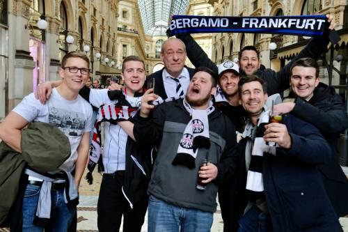 Milano, birra a fiumi per i tifosi tedeschi dell'Eintracht 9
