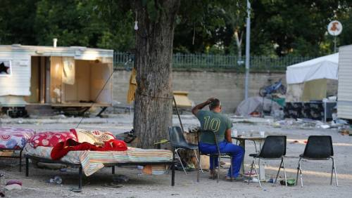 "Palermo, rom bruciano rifiuti. L'ira dei residenti: ""Andate via"""