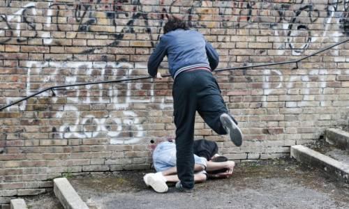 Furia del bulgaro a Roma: calci e pugni ai passanti e aggredisce i vigli urbani