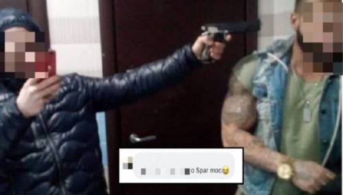 Si puntano la pistola contro: è polemica per l'immagine sui social
