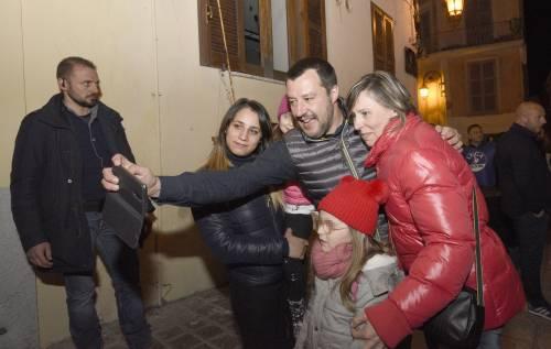 Lo contestano al comizio. Ma Salvini li zittisce così: Fumatevi meno canne...