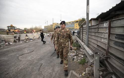 """Roma, militari in via Salviati: """"Dall'Afghanistan al campo rom per prevenire i rischi ambientali"""""""