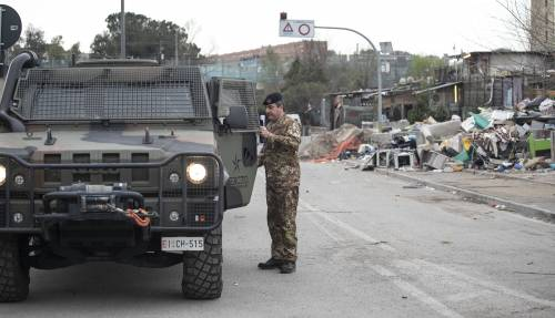 Roma, i militari all'ingresso del campo rom di via Salviati 2