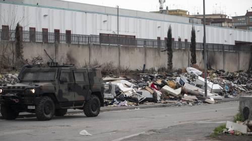 Roma, i militari all'ingresso del campo rom di via Salviati 4