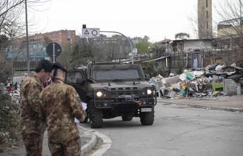 Roma, i militari all'ingresso del campo rom di via Salviati 5