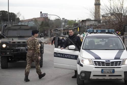 Roma, i militari all'ingresso del campo rom di via Salviati 1