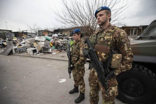 Roma, i militari all'ingresso del campo rom di via Salviati 3