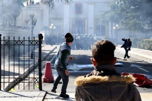 Albania, manifestanti provano ad assaltare il Parlamento