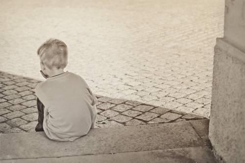 Quelle violenze sui figli: così li obbligava a chiedere cibo nei negozi