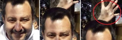 Salvini in diretta su Fb, ma dietro la testa spunta una mano con uno slogan