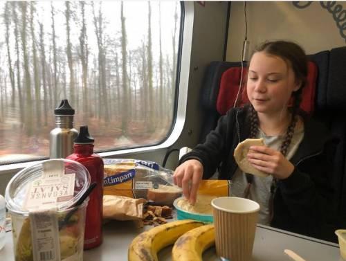 Greta mangia pane in plastica e frutta fuori stagione. E i social si scatenano