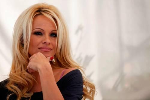 """L'ira di Pamela Anderson: """"Sbagliato donare 100mila euro a Notre-Dame"""""""