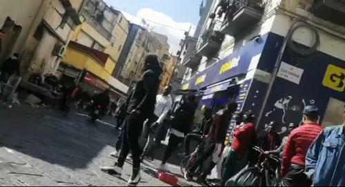 """Napoli, quando è la camorra a sgomberare gli abusivi del """"mercato della monnezza"""" 3"""