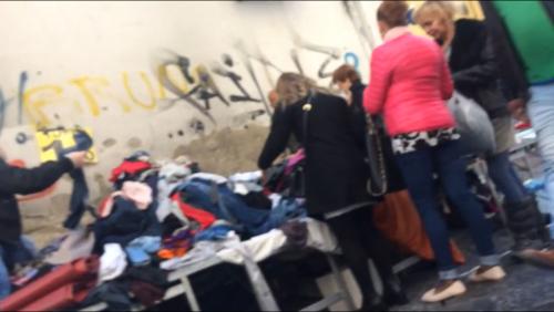 """Napoli, quando è la camorra a sgomberare gli abusivi del """"mercato della monnezza"""" 4"""