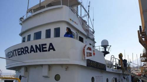 """""""Ora rotta su Lampedusa"""". È scontro Mare Jonio-fiamme gialle"""