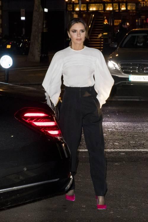 Victoria Beckham toglie il reggiseno e lo presta a una modella
