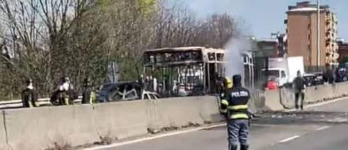 Dà fuoco a un autobus nel milanese: il rogo in strada 2