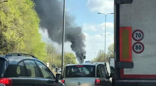 Dà fuoco a un autobus nel milanese: il rogo in strada 4