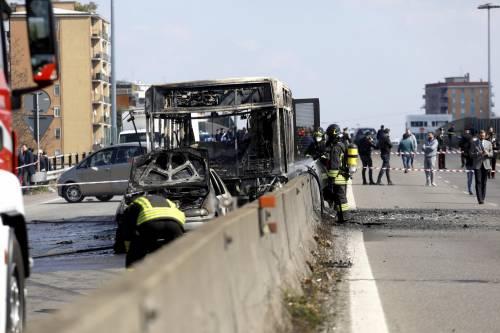 Dà fuoco a un autobus nel milanese: il rogo in strada 1