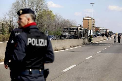 Dà fuoco a un autobus nel milanese: il rogo in strada 3