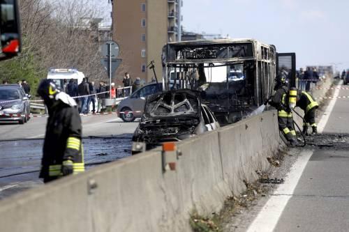 Dà fuoco a un autobus nel milanese: il rogo in strada 5