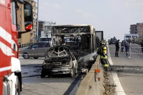 Dà fuoco a un autobus nel milanese: il rogo in strada 6