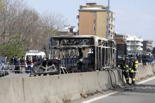 Dà fuoco a un autobus nel milanese: il rogo in strada 7