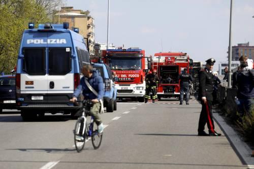 Dà fuoco a un autobus nel milanese: il rogo in strada 8