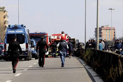 Dà fuoco a un autobus nel milanese: il rogo in strada 9