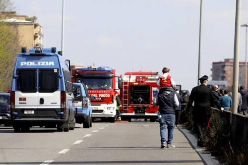 Dà fuoco a un autobus nel milanese: il rogo in strada 10