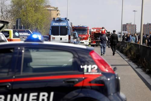 Dà fuoco a un autobus nel milanese: il rogo in strada 11