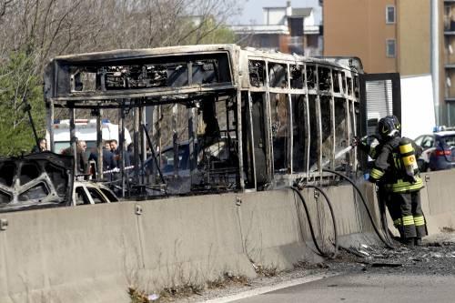 Dà fuoco a un autobus nel milanese: il rogo in strada 12