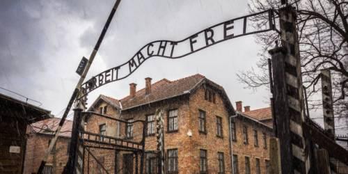 """Stop ai selfie all'interno di Auschwitz: """"Offensivi verso vittime della Shoah"""""""
