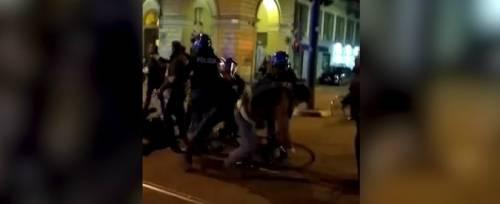 Tafferugli tra polizia e corteo ciclisti a Torino: in quattro denunciati