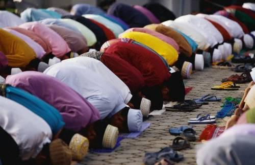 """C'è il Ramadan e i musulmani """"occupano"""" il centro di Faenza"""