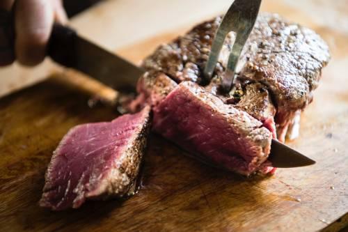 """Carni sostenibili, critiche alla dieta """"carne zero"""""""