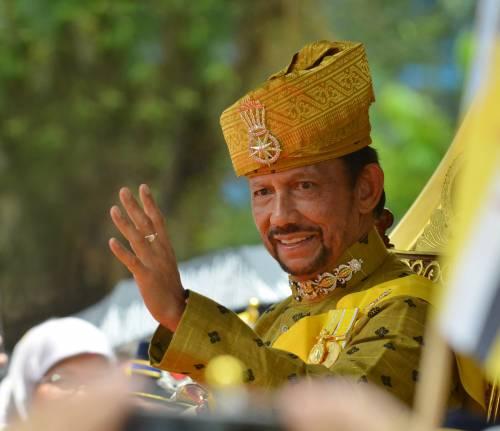 """Il sultano del Brunei si giustifica: """"Ecco perché gay sono da lapidare"""""""