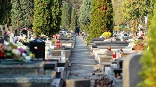 Al cimitero oscurano i crocifissi per non urtare le altre religioni