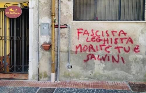 """Salerno, scritte contro candidato leghista: """"Morite tu e Salvini"""""""