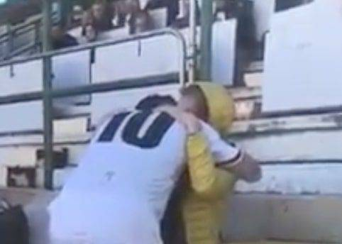 L'attaccante segna e va in tribuna ad abbracciare la madre malata