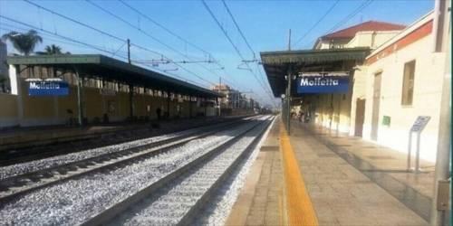 Ragazza sola sul treno: palpeggiata, pestata e rapinata