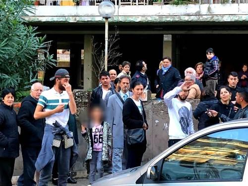 La casa popolare data ai rom: scoppia la rivolta dei residenti
