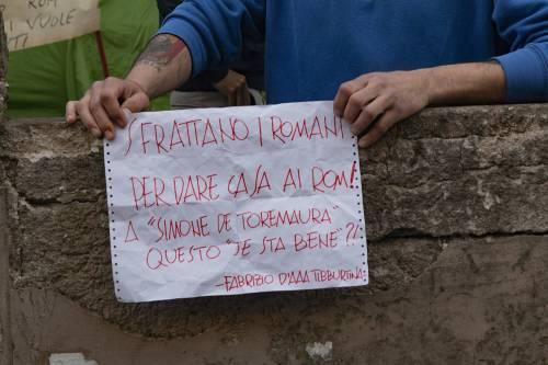 """Casal Bruciato, residenti in protesta: """"Le case prima agli italiani"""" 4"""
