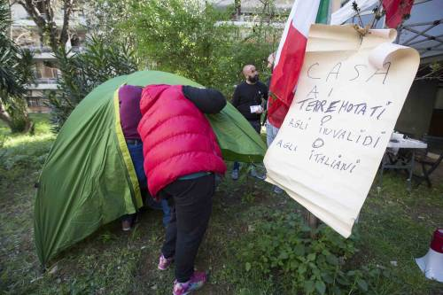 """Casal Bruciato, residenti in protesta: """"Le case prima agli italiani"""" 7"""