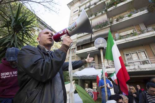 """Casal Bruciato, residenti in protesta: """"Le case prima agli italiani"""" 8"""
