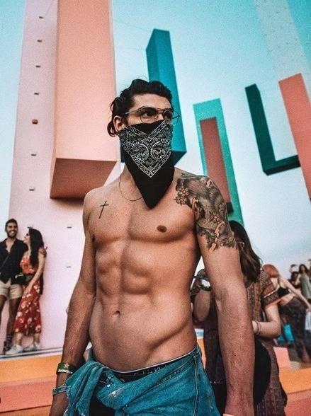 Coachella, gli influencer italiani tra fisici scolpiti e curiose mascherine