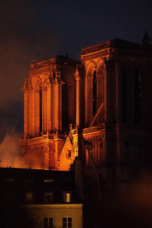 Notre Dame in fiamme: le foto del salvataggio 1