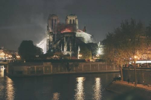 Notre Dame in fiamme: le foto del salvataggio 4