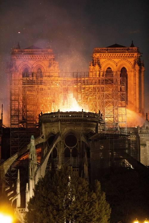 Notre Dame in fiamme: le foto del salvataggio 6