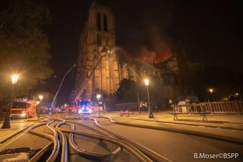 Notre Dame in fiamme: le foto del salvataggio 2